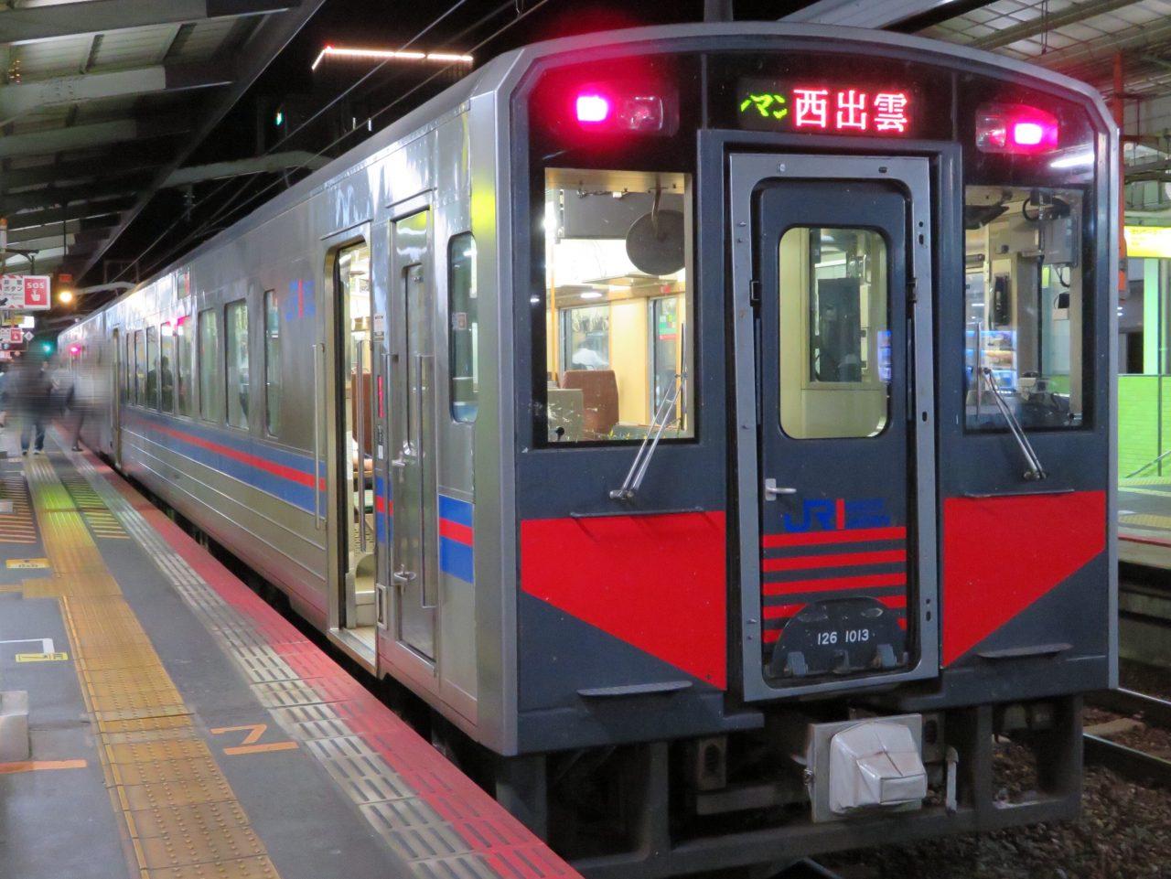 松江駅に停車している普通列車・西出雲行(JR西日本気動車126系)
